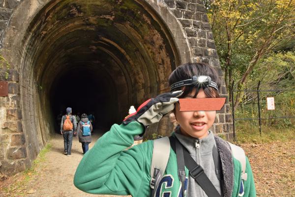 トンネル前で